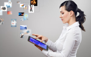 woman holding na tablet